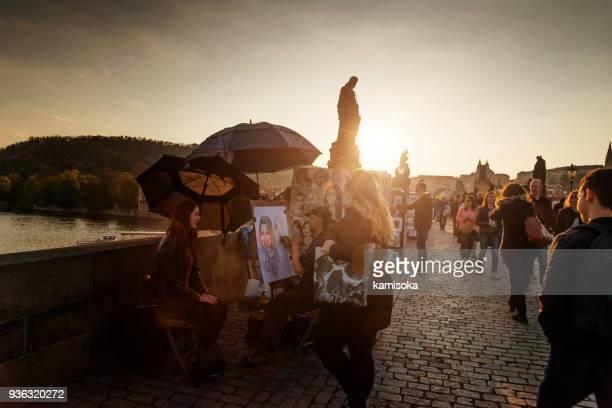 straße portrait künstler malerei mädchen auf der karlsbrücke - straßenmaler stock-fotos und bilder