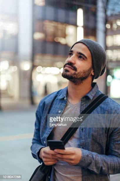 rua retrato de um jovem segurando o telefone móvel - sul europeu - fotografias e filmes do acervo