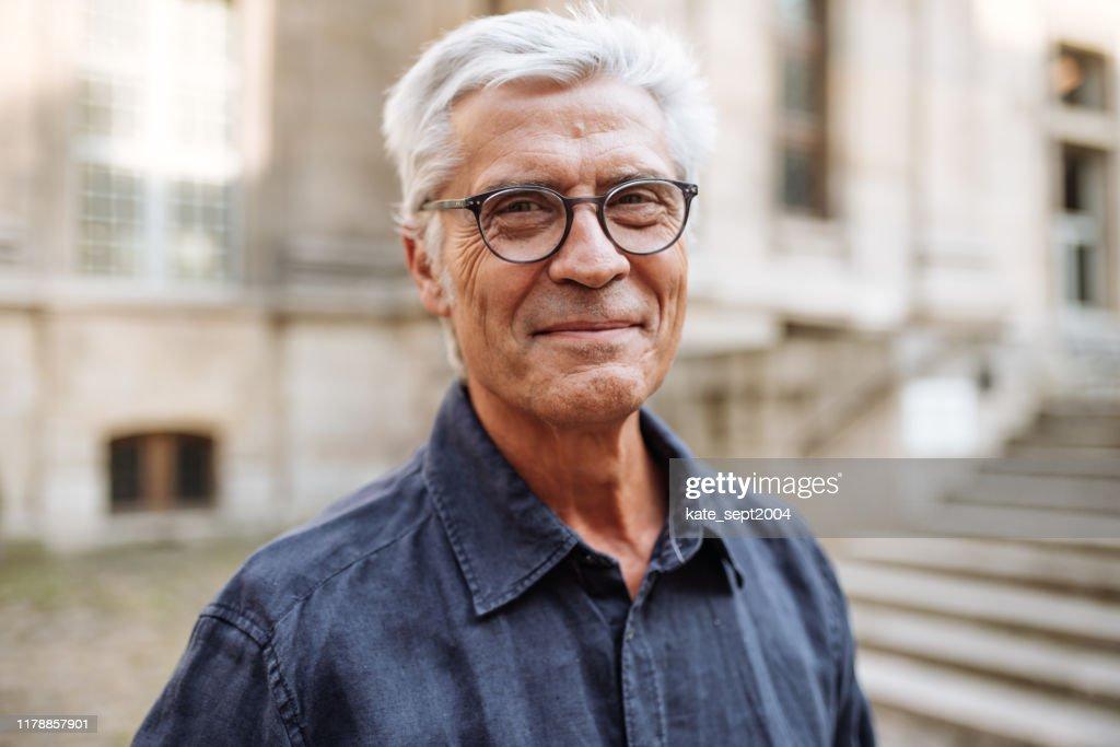 Straat portret van lachende Senior man : Stockfoto