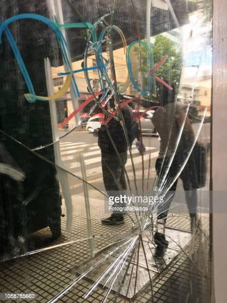 straße auf zerbrochenen spiegel reflektiert - vandalismus stock-fotos und bilder