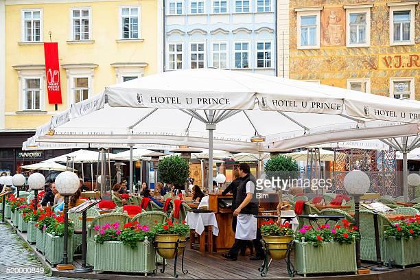 ストリートレストラン「オールドタウンでのプラハ,チェコ共和国 - プラハ 旧市街広場 ストックフォトと画像