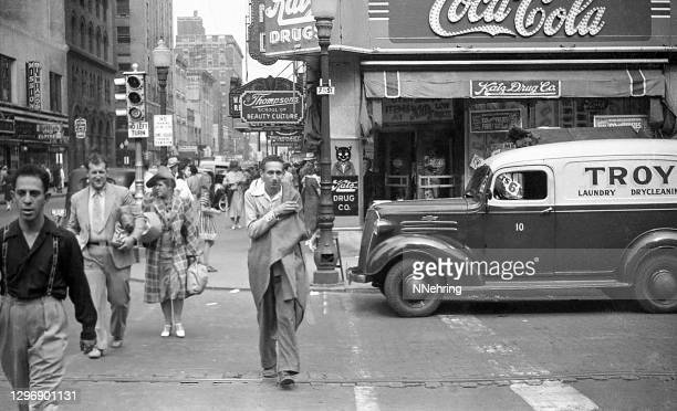 straatbeeld op 7th en locust, des moines, iowa 1939 inclusief katz drug store - 1930 1939 stockfoto's en -beelden
