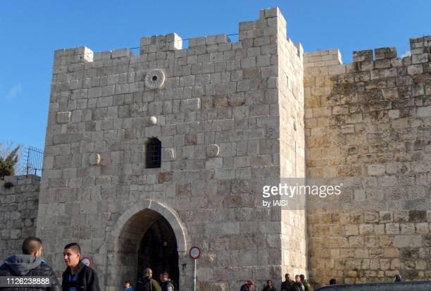 street scene at herod's gate or gate of the flowers, the old city of jerusalem - {{asset.href}} stock-fotos und bilder