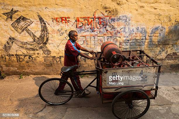 Street scene in a street near Kalighat Calcutta West Bengal India Symbol on the wall the Communist Party of India abbreviated CPI or CPM is a...