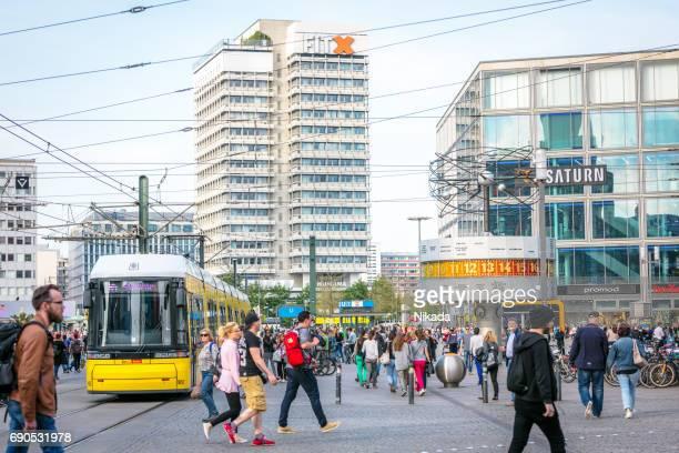 Straßenszene in Berlin-Mitte am Alexanderplatz