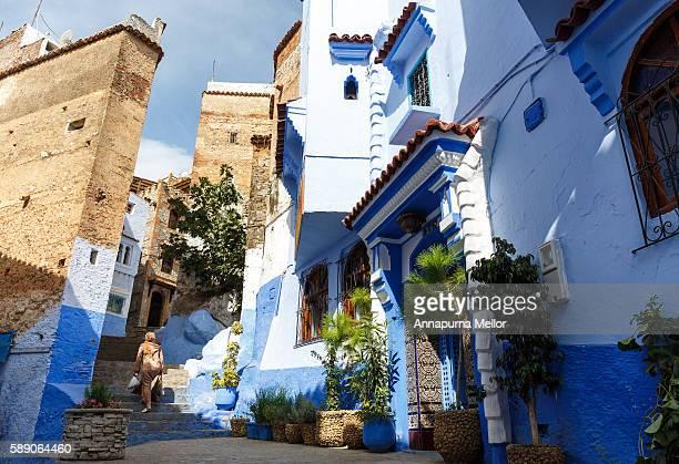 street scene in chefchaouen, morocco - chefchaouen photos et images de collection