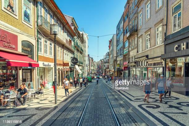 escena callejera en oporto, portugal - porto fotografías e imágenes de stock