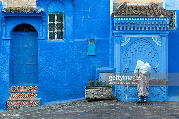 street scene in the blue medina of chefchaouen, morocco - chefchaouen photos et images de collection
