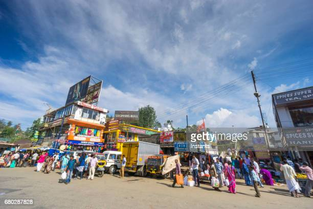 人々 および建物の画像で表示されます、南インドのケララ地域に位置しています, ムンナールのインド都市のストリート シーン。