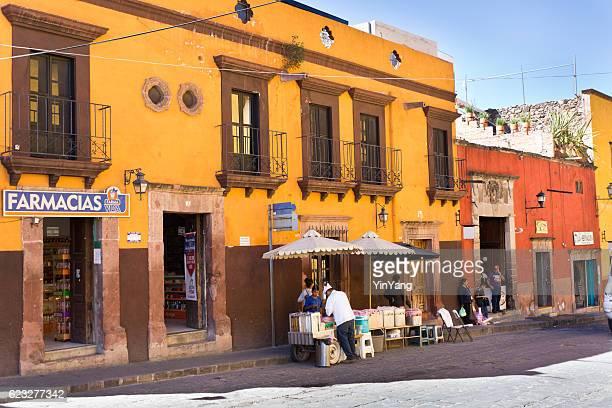 street scene of san miguel de allende, guanajuato, mexico - san miguel de allende fotografías e imágenes de stock