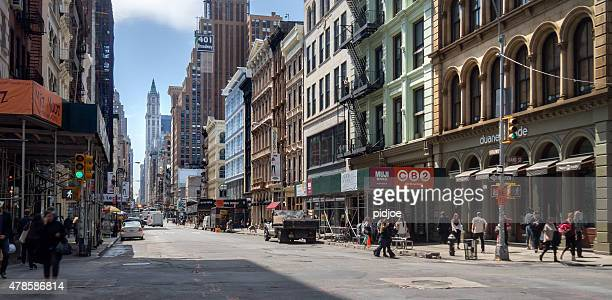 street scene on broadway, manhattan, new york - broadway manhattan stock photos and pictures