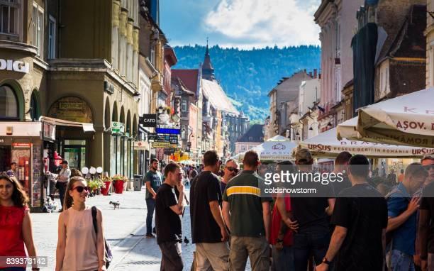 Straßenszene mit Massen von Touristen in Kronstadt, Siebenbürgen, Rumänien