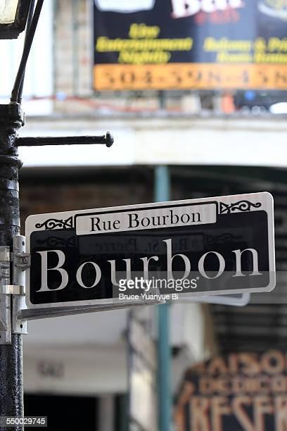 street sign of famous bourbon street - barrio francés fotografías e imágenes de stock