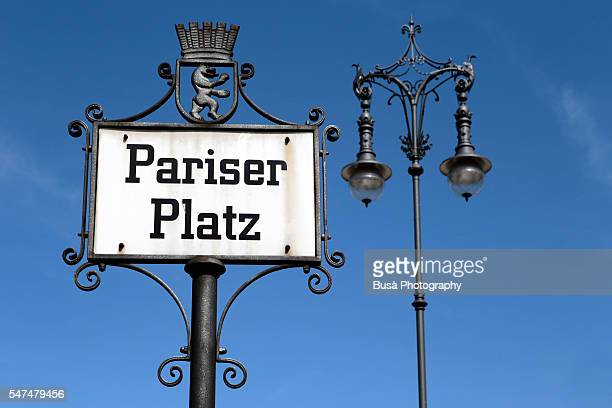 street sign of pariser platz, by the brandenburg gate, at the end of unter den linden boulevard in the mitte district of berlin, germany - 再統一 ストックフォトと画像