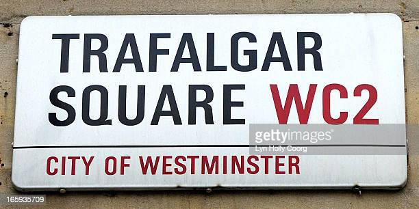 street ( road ) sign trafalgar square , london, uk - lyn holly coorg photos et images de collection
