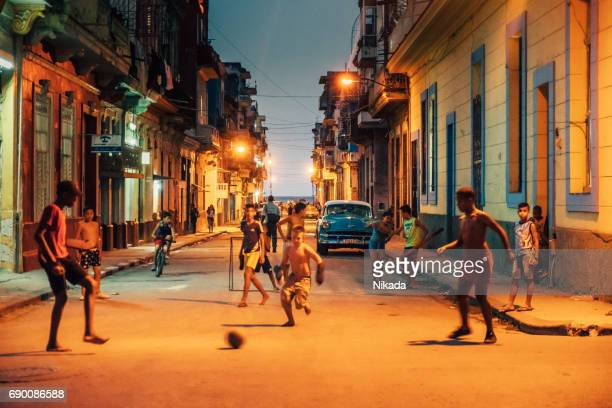 futebol de rua na velha havana, cuba - rua - fotografias e filmes do acervo