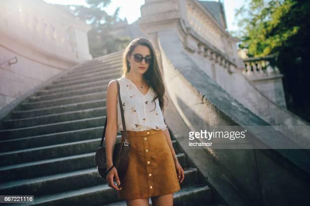 Portrait style de la rue d'une jeune brune à Trieste, Italie