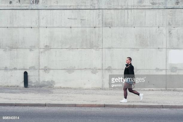 mulher de estilo de rua, andando na cidade - parede - fotografias e filmes do acervo