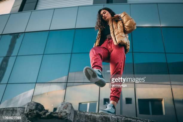 jeune femme de style de rue appréciant une journée dans la rue de ville - style urbain photos et images de collection