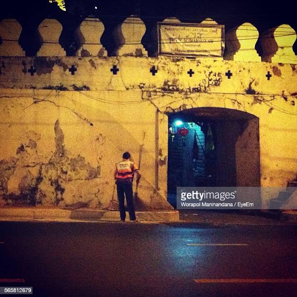 street sweeper cleaning on street at night - eboueur photos et images de collection