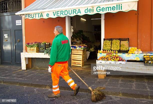 Via Spazzatrice vicino al mercato di frutta e vegetariano, Sicilia
