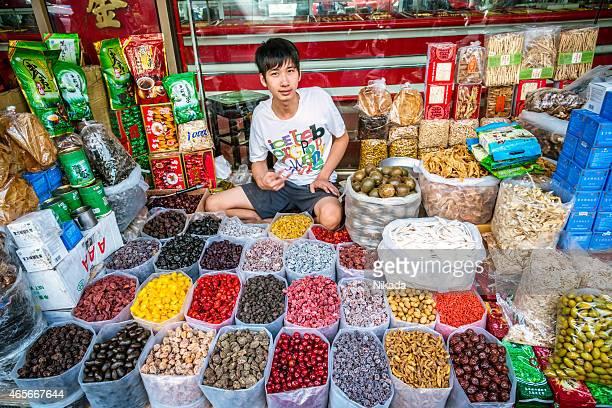 Straßenverkäufer in einer Kabine in Bangkoks Chinatown