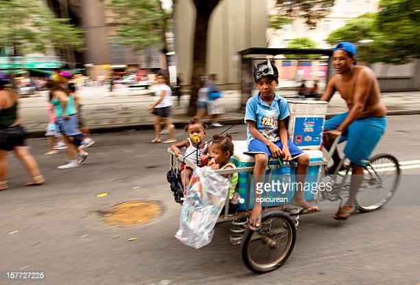 Street proveedor en bicicleta con su niños