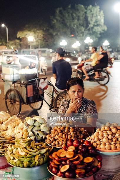 Calle vendedor vender frutas en noche de saigón