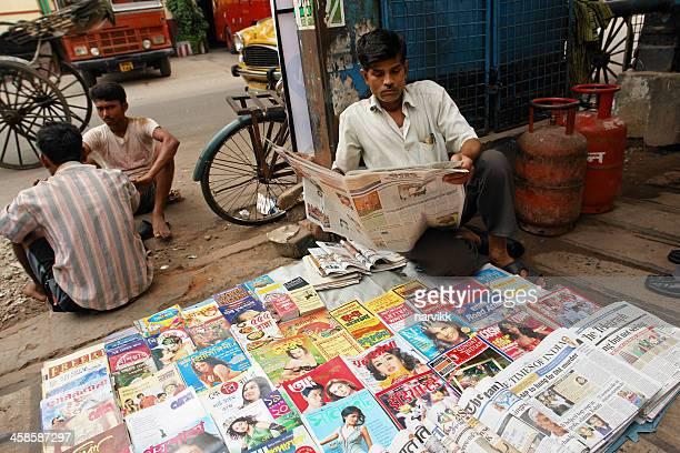 Straßenverkäufer verkaufen Zeitungen und Zeitschriften