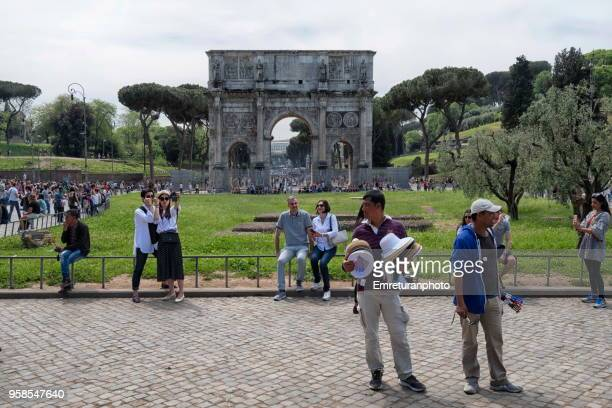 street vendors and tourists in front of constantine's arch in rome. - emreturanphoto stock pictures, royalty-free photos & images
