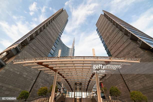 広場ゲーム aulenti、ミラノ-イタリアのウニクレーディトイタリアーノ タワー入口のストリート ビュー - moderno ストックフォトと画像