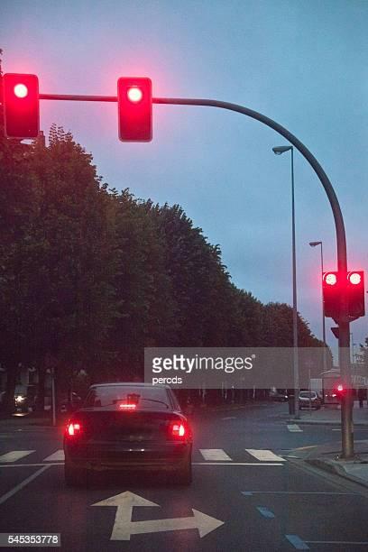 Blick auf die Straße, rote Ampel der Stadt.