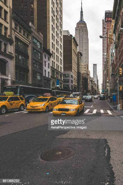 street view with the empire state building, new york, usa - new york state stockfoto's en -beelden