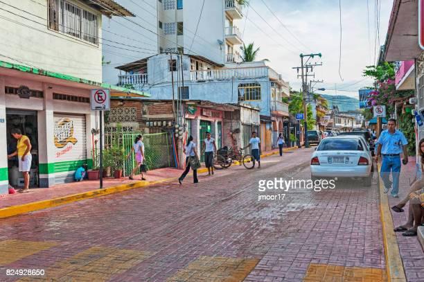 vista a la calle zihuatanejo hombres mujeres adultos jóvenes en el camino de ladrillo - ixtapa zihuatanejo fotografías e imágenes de stock