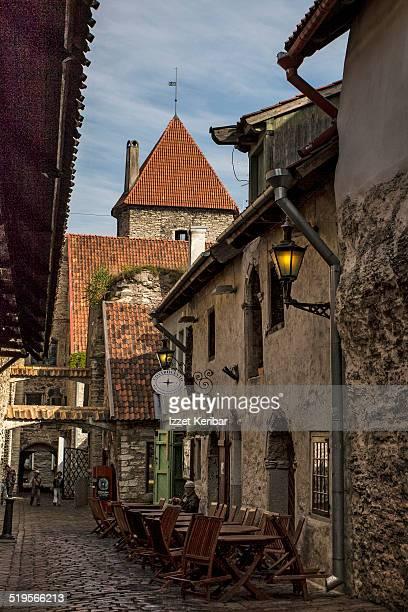 street views of old tallinn - estonia fotografías e imágenes de stock
