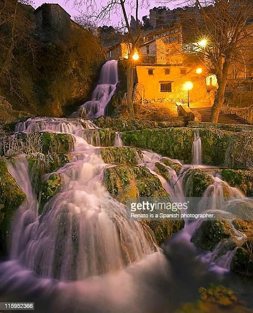 street whispers - orbaneja del castillo photos et images de collection