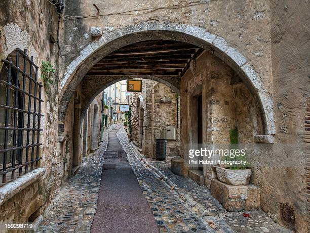 street with archway, saint paul de vence - phil haber stock pictures, royalty-free photos & images