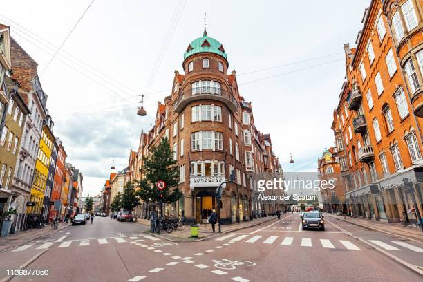 street with historical buildings in copenhagen, denmark - região de oresund - fotografias e filmes do acervo