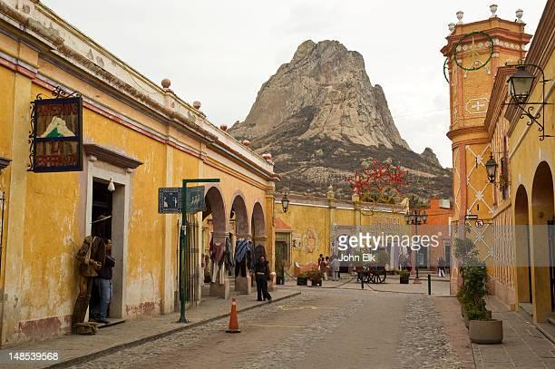 street with pena de bernal in background. - ケレタロ州 ストックフォトと画像