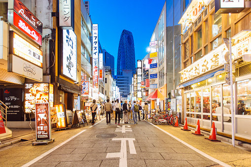 Street with shops and restaurants in Shinjuku district in Tokyo, Japan - gettyimageskorea