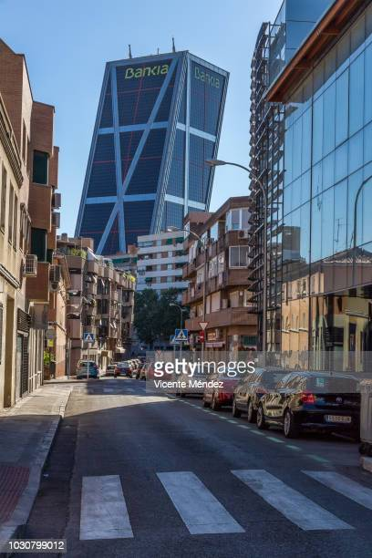 street with skyscrapers in the background - vicente méndez fotografías e imágenes de stock