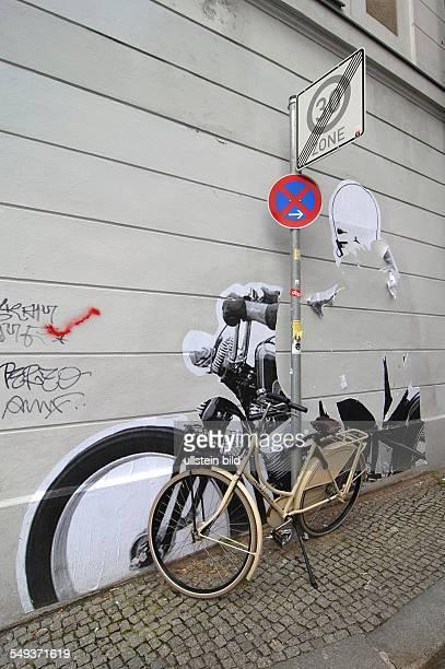 Street-Art an Giebelwaenden und Haeuserfassaden im Szene-Kiez, hier in der Mulackstrasse