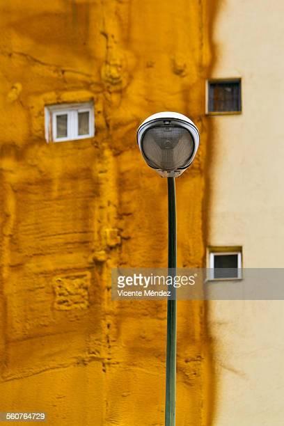 streetlight and facade with insulating - vicente méndez fotografías e imágenes de stock