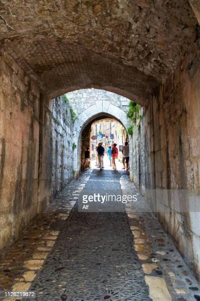 streets in the walled villa of saint paul de vence, alpes-maritimes, france - サンポールドヴァンス ストックフォトと画像
