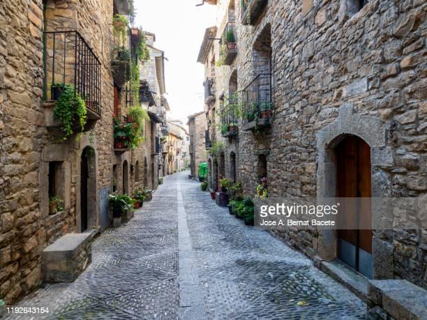 streets of a small medieval village. town of ainsa, huesca, (spain) - cena não urbana imagens e fotografias de stock