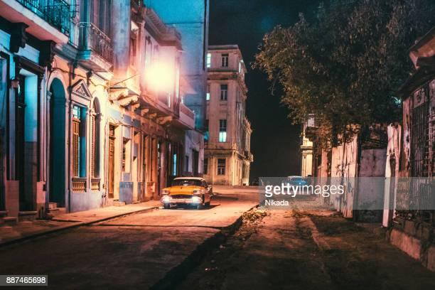 calles de la habana vieja, cuba al atardecer - ciudades capitales fotografías e imágenes de stock