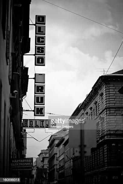 streetside neon advertising during day - merten snijders stockfoto's en -beelden