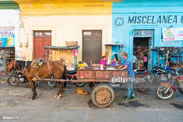 streetview en casco antiguo de granada - nicaragua fotografías e imágenes de stock