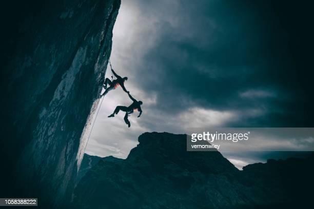 stärke und erfolg in den bergen - fangen stock-fotos und bilder