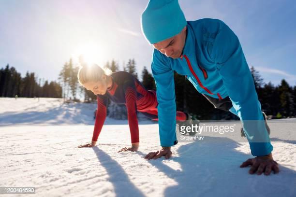 より良いスキーに体を強化 - 自重トレーニング ストックフォトと画像